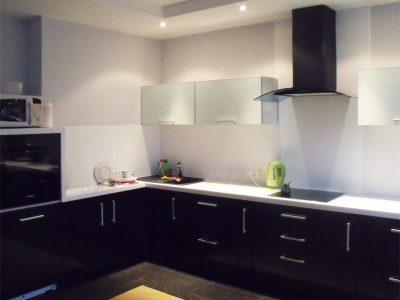 Большая угловая черно-белая кухня