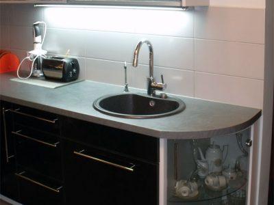 Угловая кухня с серой сторешницей