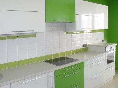Кухня с пластиковыми зелеными фасадами