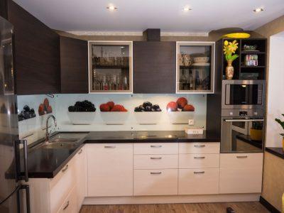 Угловая бежево-коричневая кухня, совмещенная с гостиной
