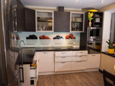 Кухня со столешницей и подоконником из искусственного камня