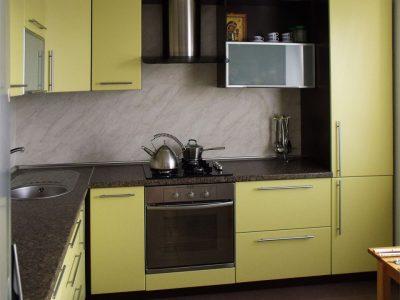 Угловая кухня желто-коричневого цвета