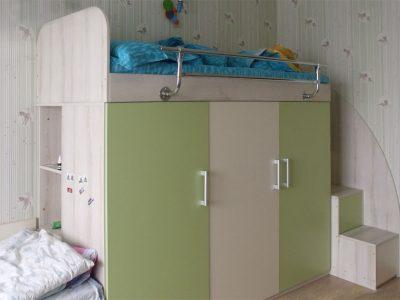 Шкаф и кровать-чердак в детской комнате