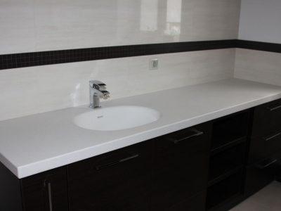 Комод в ванной сто столешницей из искусственного камня