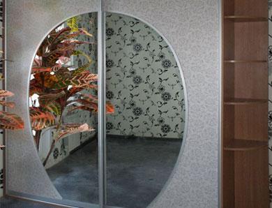 Шкаф-купе с зеркальными круглыми вставками