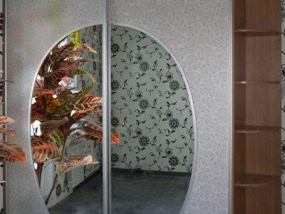 Шкаф-купе с круглым зеркалом