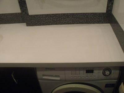 Столешница из белого искусственного камня в ванной комнате