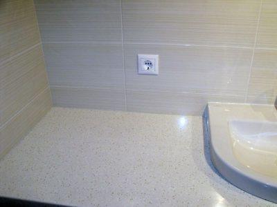 Столешница в ванной из белого акрилового камня