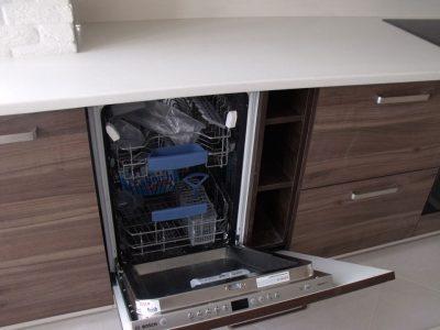 Кухня с маленькой посудомойкой