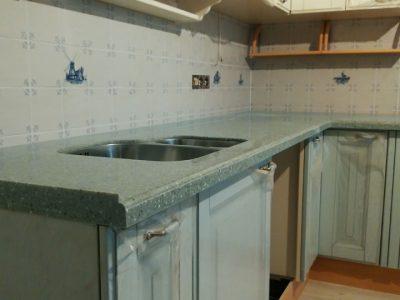 Кухня с зеленой столешницей