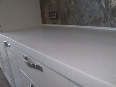 Белая столешница из искусственного камня