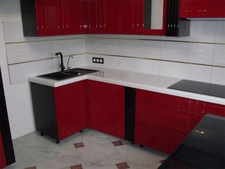 Глянцевая красно-черно-белая кухня