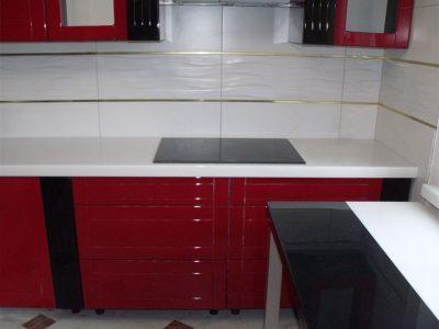 Глянцевая кухня с белой столешницей из камня