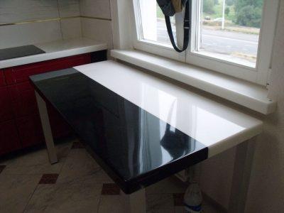Кухонный столе с черно-белой столешницей