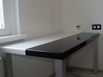 Кухонный стол со столешницей из двух камней разного цвета
