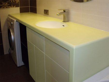 Комод в ванной комнате со столешницей и боковиной из акрилового камня
