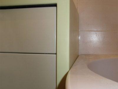 Комод в ванной с каменной столешницей и пленочными фасадами