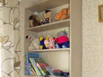 Полки для книг в детской комнате