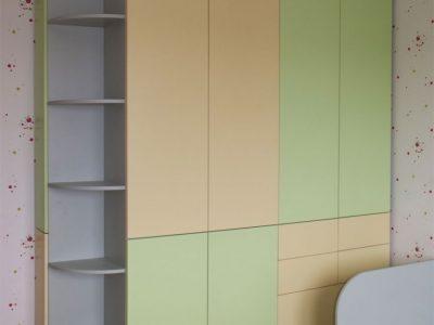 Двухцветный шкаф в детской комнате