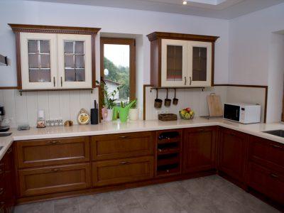 Кухня из массива в частном доме