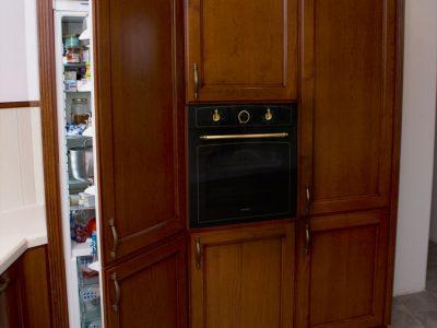 Кухонный шкаф-пенал со встроенным холодильником