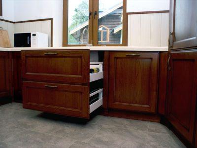 Кухонные выкатные ящики с доводчиками
