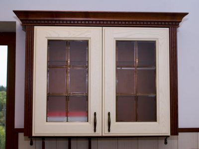 Кухонные навесные шкафчики из стекла и массива