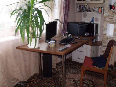 Компьютерный стол в комнате для мальчика