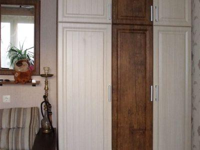 Двухцветный шкаф в комнате подростка