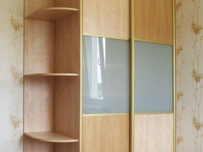Шкаф-купе с комбинированными дверями: ДСП и лакомат