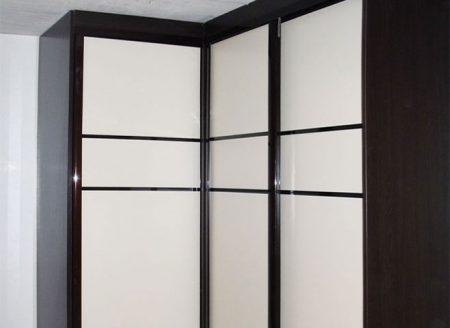 Угловой черно-белый шкаф-купе