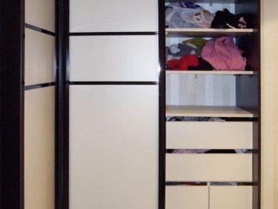 Черно-белый угловой шкаф-купе