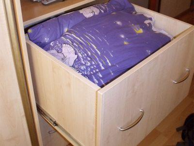 Тумбочка с ящиками полного выдвижения в детской комнате
