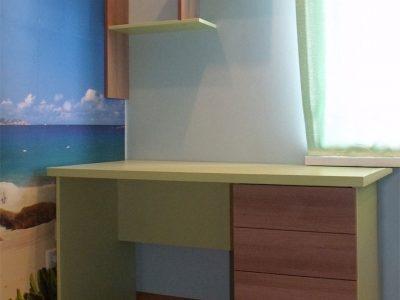 Компьютерный стол в детской комнате