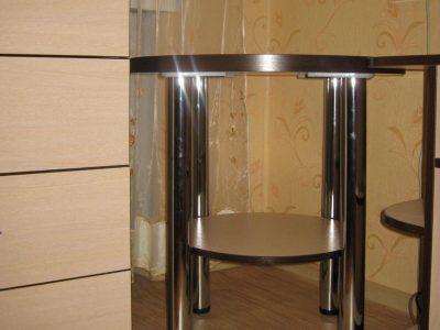 Круглый стол с полкой