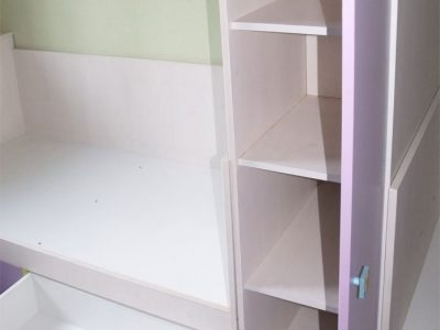 Распашной шкаф и выдвижные ящики в детской комнате