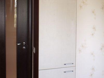Узкий шкаф в детской комнате