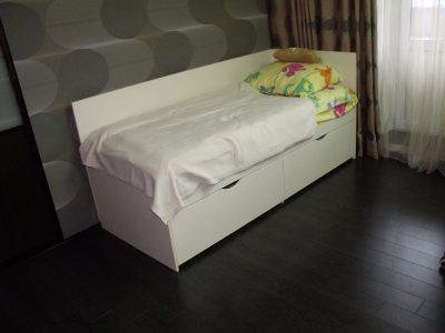 Кровать в комнате для подростка