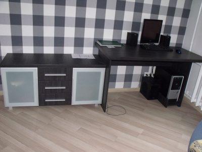 Компьютерный стол и тумба в комнате для мальчика