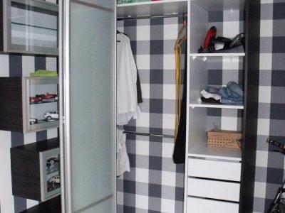 Шкаф с дверью-гармошкой в детской