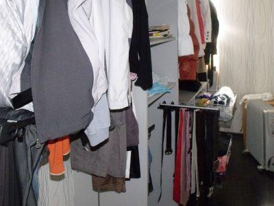 Выдвижные полки и корзины в гардеробной
