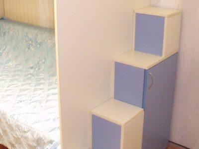 Ступеньки с крышками в двухэтажной кровати