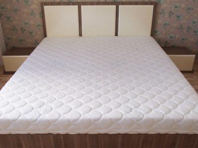Широкая двуспальная кровать с матрасом