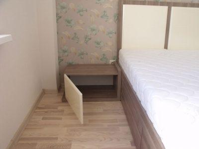 Кровать с прикроватной тумбочкой