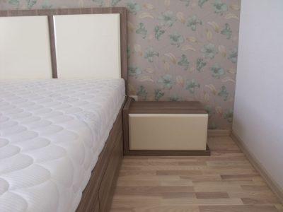 Большая кровать с тумбочками