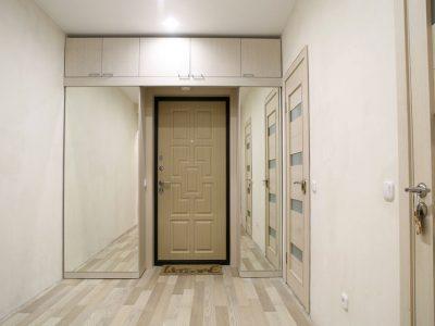 Прихожая с раздвижными зеркальными дверями
