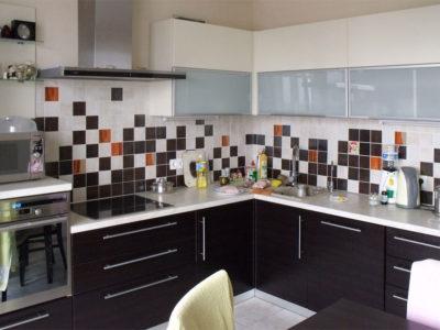 Угловая бежево-коричневая кухня