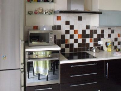 Кухня с пленочными и стеклянными фасадами