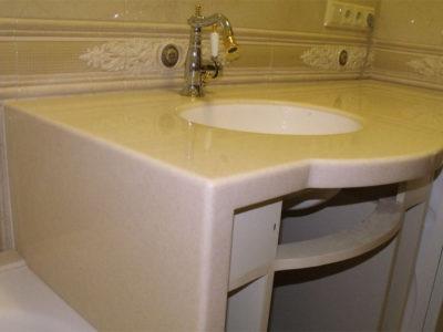 Столешница и боковина из акрилового камня в ванной комнате
