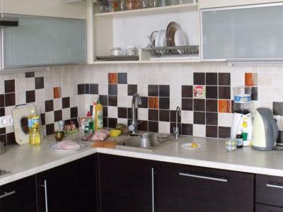 Угловая кухня с подъемными фасадами